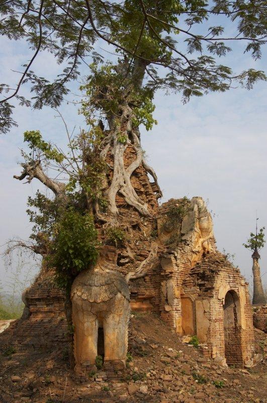 Broken stupa, In Dein