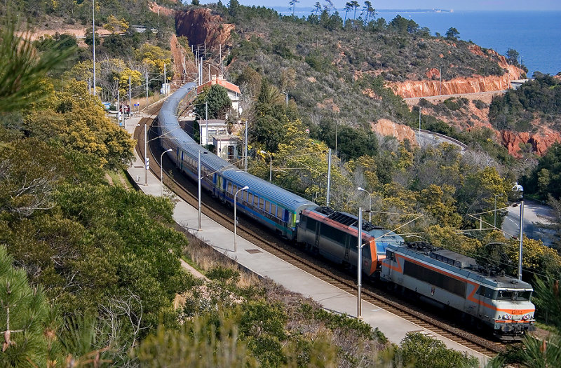 The BB22311 and a BB26000 (in vehicle) at Le Trayas.