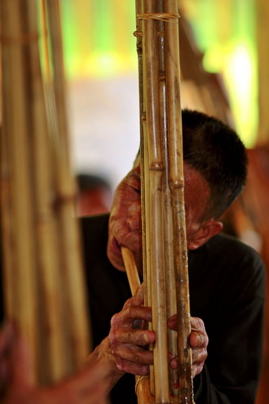 0558 Playing of the lusheng for the celebration of the new drum tower.