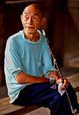 3702 Kam elder man with traditional long pipe with horn tobacco container.  ***Explantion***
