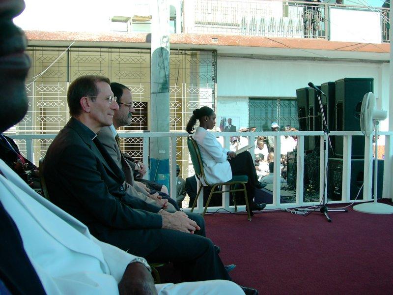 Gonaives 1er janvier 2003. Le Nonce à côté de lambassadeur Cubain