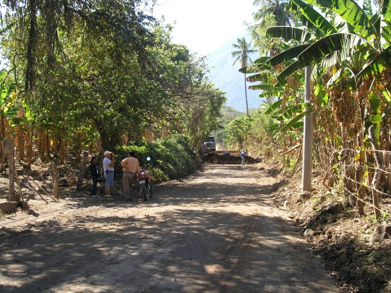 the rough road south of Altagracia being re-surfaced...with fresh soil