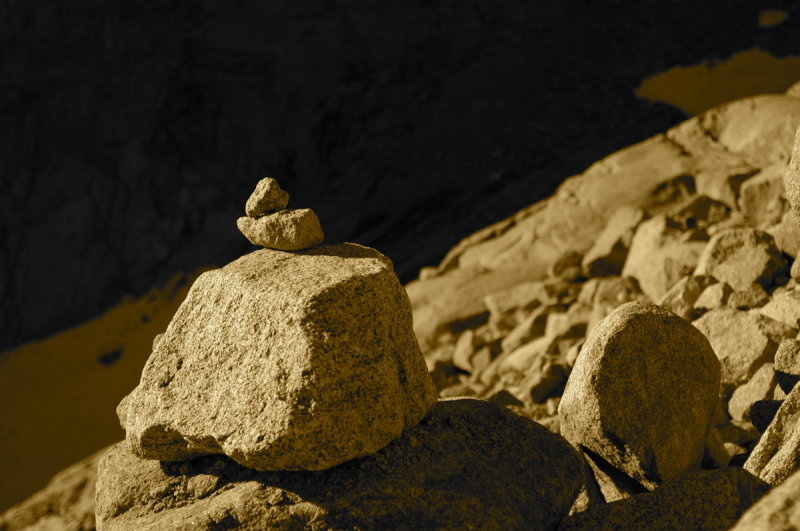 A duck (marker made from rocks) shows the way up the morrain