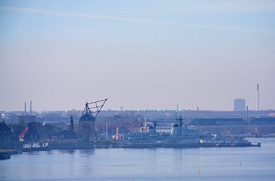 Et blikk inn i den gamle marinehavnen, med mastekranen de brukte for å skifte undermaster på skipene.