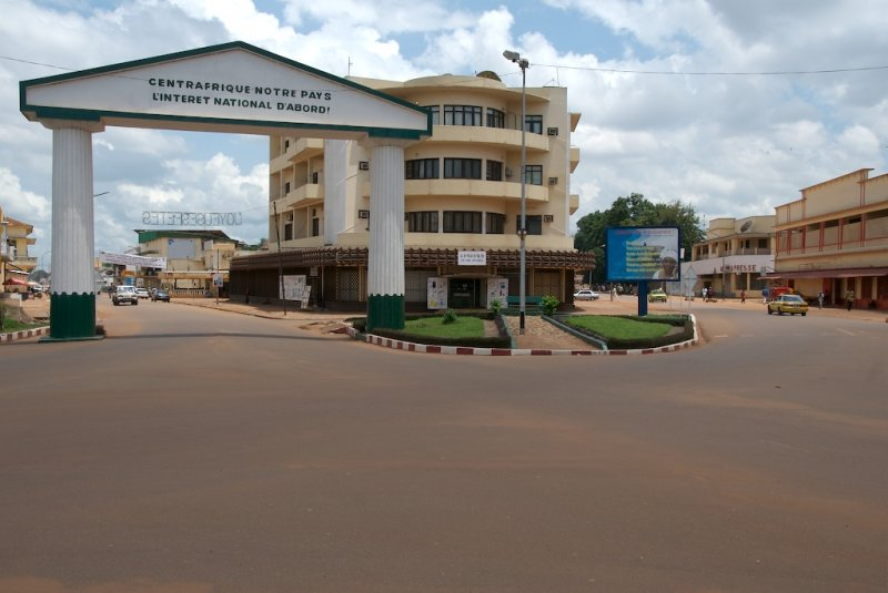 Junction of the Avenues Boganda (left) and Independence (right).