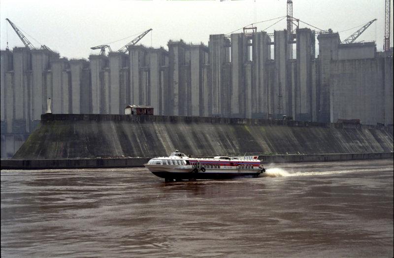 Sailing ByThe 3 Gorges Dam 2
