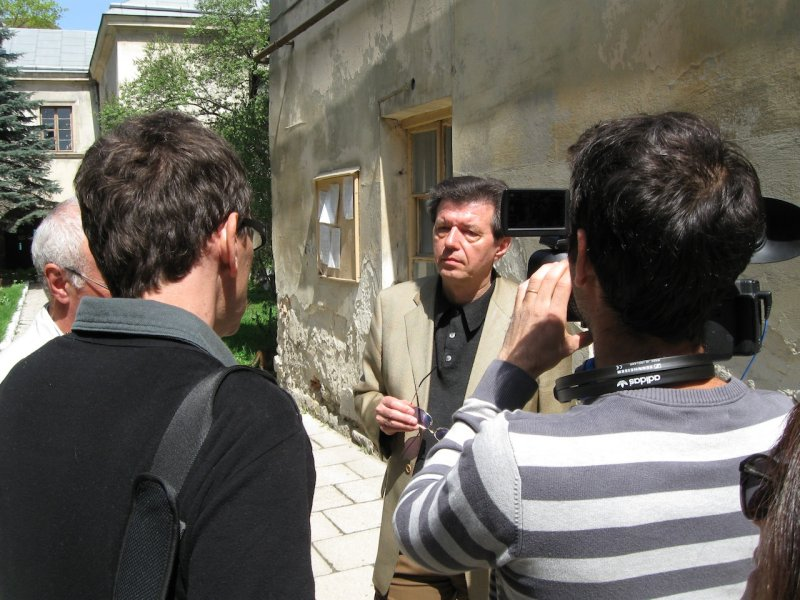 Renaud interviews one of the archive directors about foreign Jews visiting to do family research