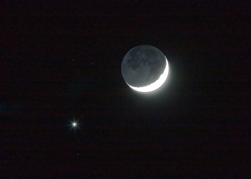 The new crescent Moon and Venus - May 19, 2007