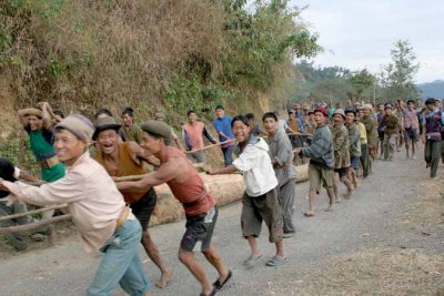 men of Pongchao transporting a trunk, the main post for the chief´s new house