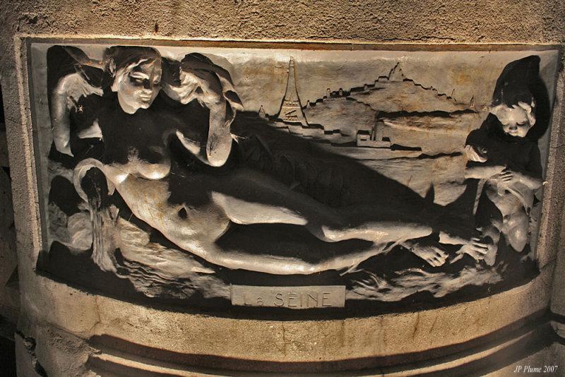 Les fleuves de France sont représentés sur les piliers du pont  dIsle