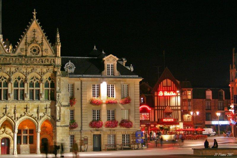 LHôtel de Ville et le bar du Carillon