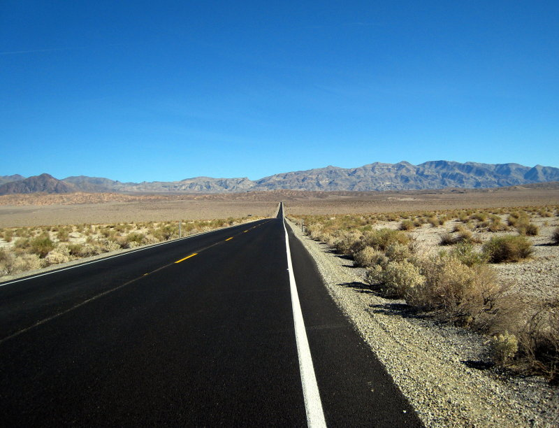 road between Stovepipe Wells and Furnace Creek