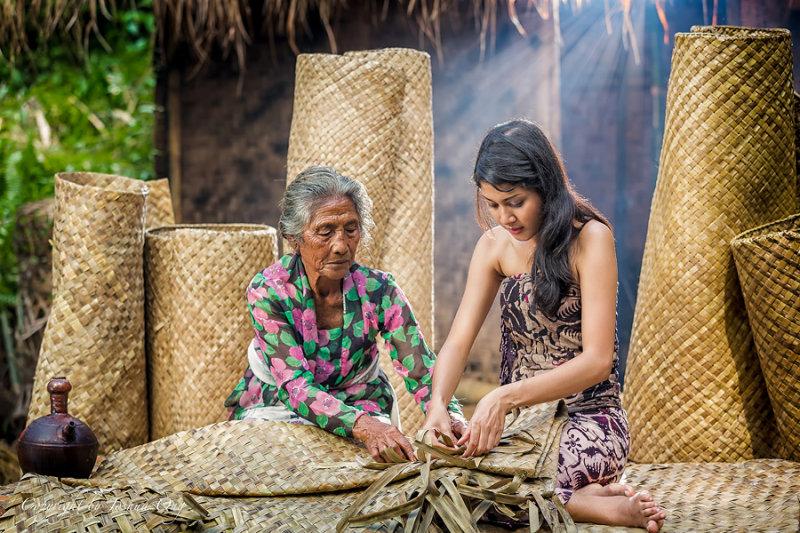 Learning how to weave tikar (=mat)