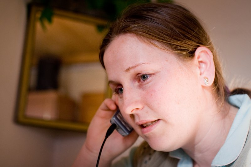 Shpresa Raba saccroche au telephone comme a une ligne de vie