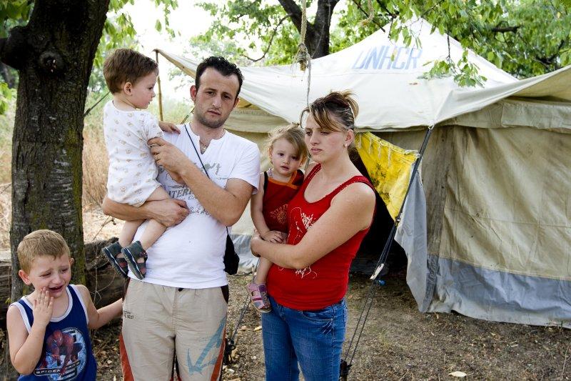 La famille Muliqi devant la tente prêtée par un voisin