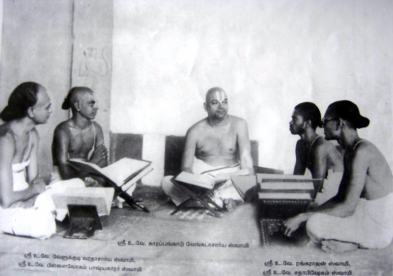 Karapankadu swamy with sishyas.jpg