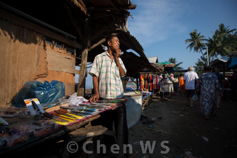 Vendor selling knives
