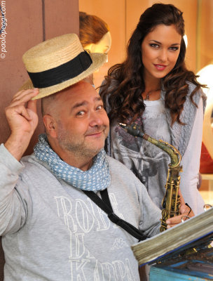 Giada meets Carlo,the famous street musician...