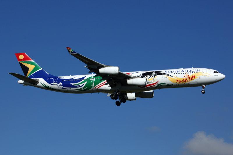 SOUTH AFRICAN AIRBUS A340 300 JNB RF K5A0171.jpg