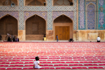 Infant alone in Jameh Mosque - Esfahan