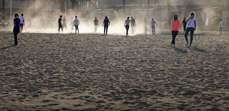chicos en la arena