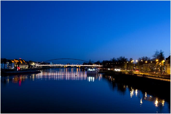 de avond valt over stad en Maas....