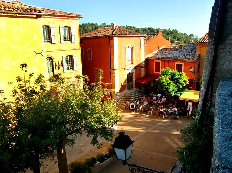 Roussillon,  place du village