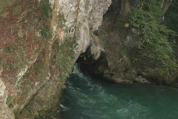 El Rio Lanquin Emerge de la Gruta