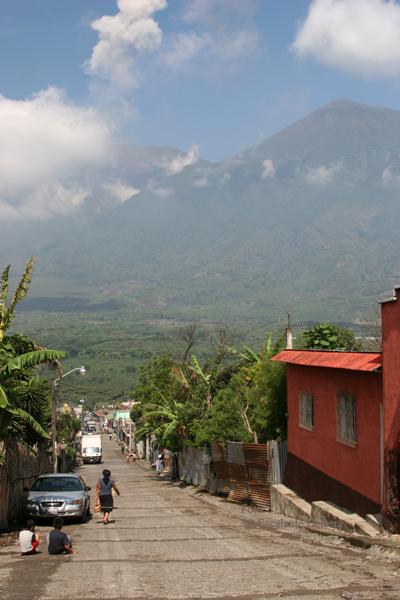 Calle del Poblado, al Fondo el Volcan Acatenango