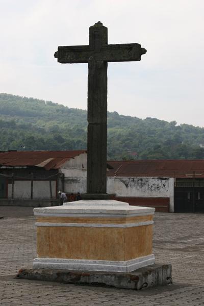 Cruz Frente a la Iglesia en la Plaza Central