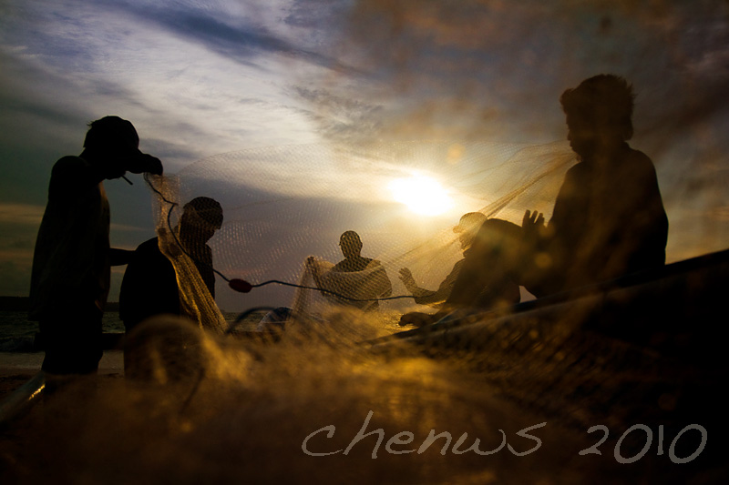 Fishermen at dusk, packing up (Bali)
