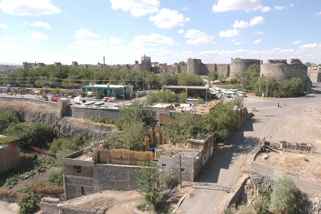 Diyarbakir at wall 3069.jpg