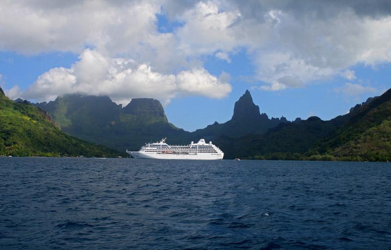 Cruise ship in Opanuhu Bay