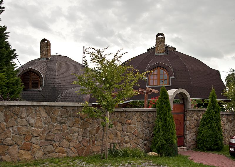 Villa Gubsci, adjacent buildings