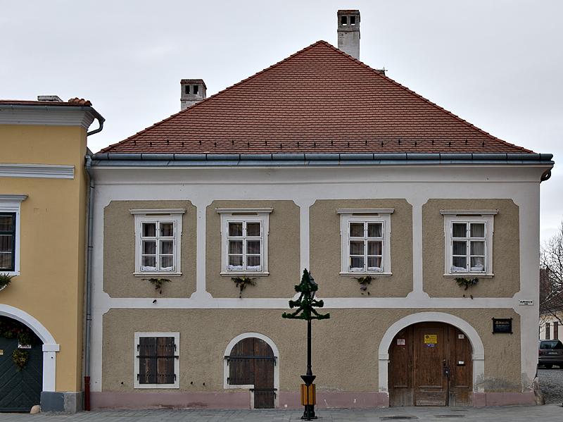 A most unique window, Miklós Jurisics tér