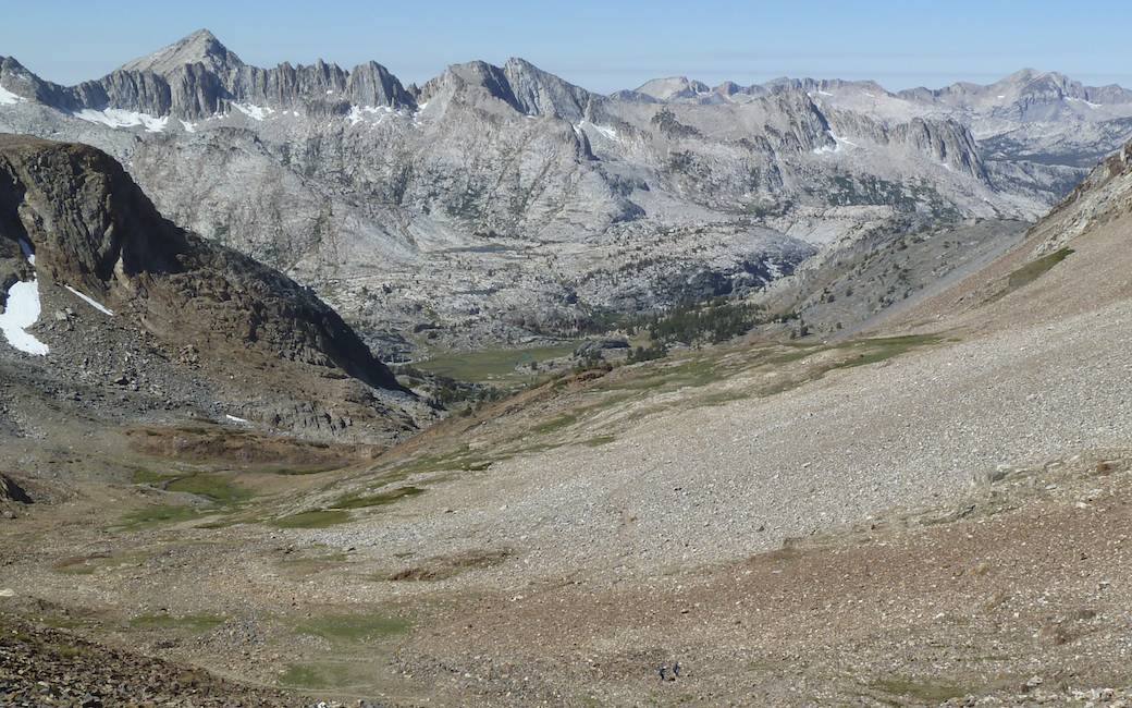 Looking west off the pass (with two hikers far below).
