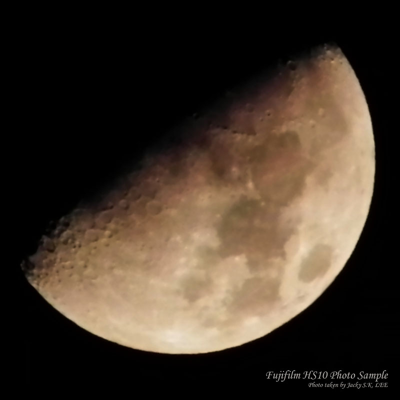 100% crop of the moon (high ISO setting is used due to no tripod at the time of photo taking)