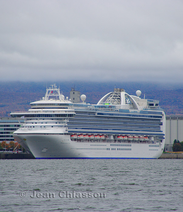Crown Princess( Passagers 3 080  )  116.oo Tonnes   951pi ( 290 m ) Pavillon Bermudes/ Port de of Québec