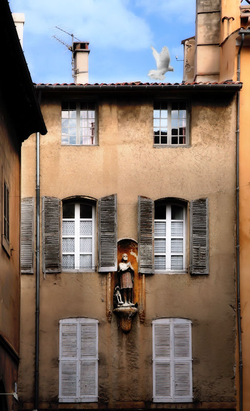 In the silence of a courtyard...