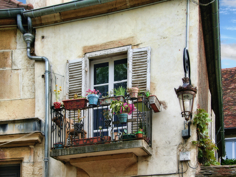How to transform a banal little balcony in a private flowered terrace...