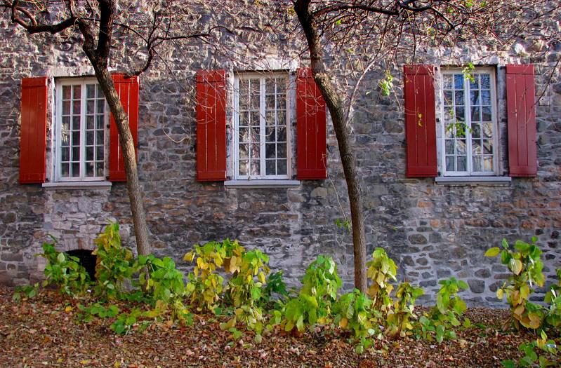 trois fenêtres rouges