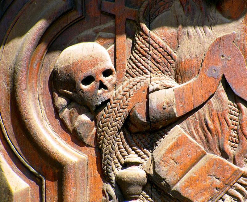 tête de mort sur la porte