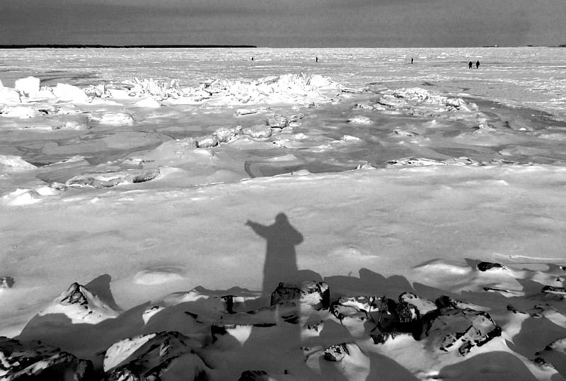 Des hommes sur les glaces