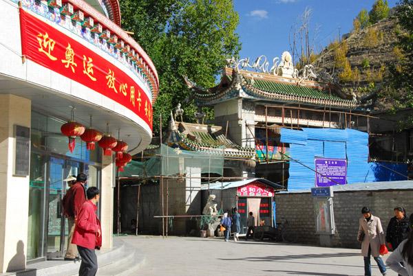 Heading for the Tibetan old town of Tsetang through the market