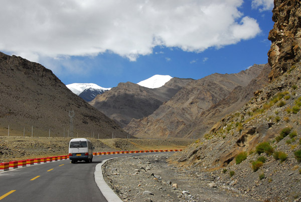 Friendship Highway leading up to Karo-la Pass