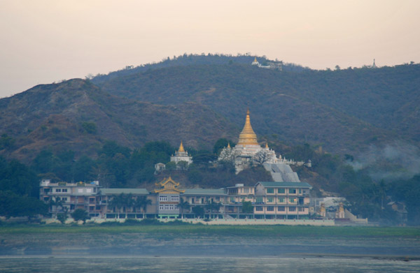Large riverside temple at the north end of Sagaing (N21 54.93/E096 00.07)