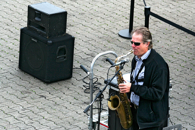 Musician who is his own band, at Pier 39