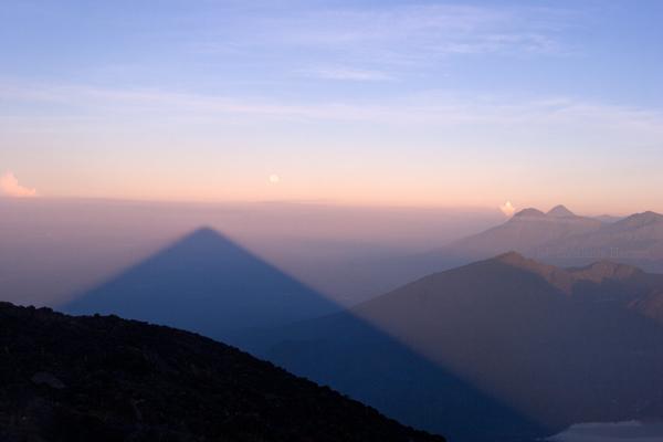 Sombra del Volcan Proyectada al Occidente del Pais