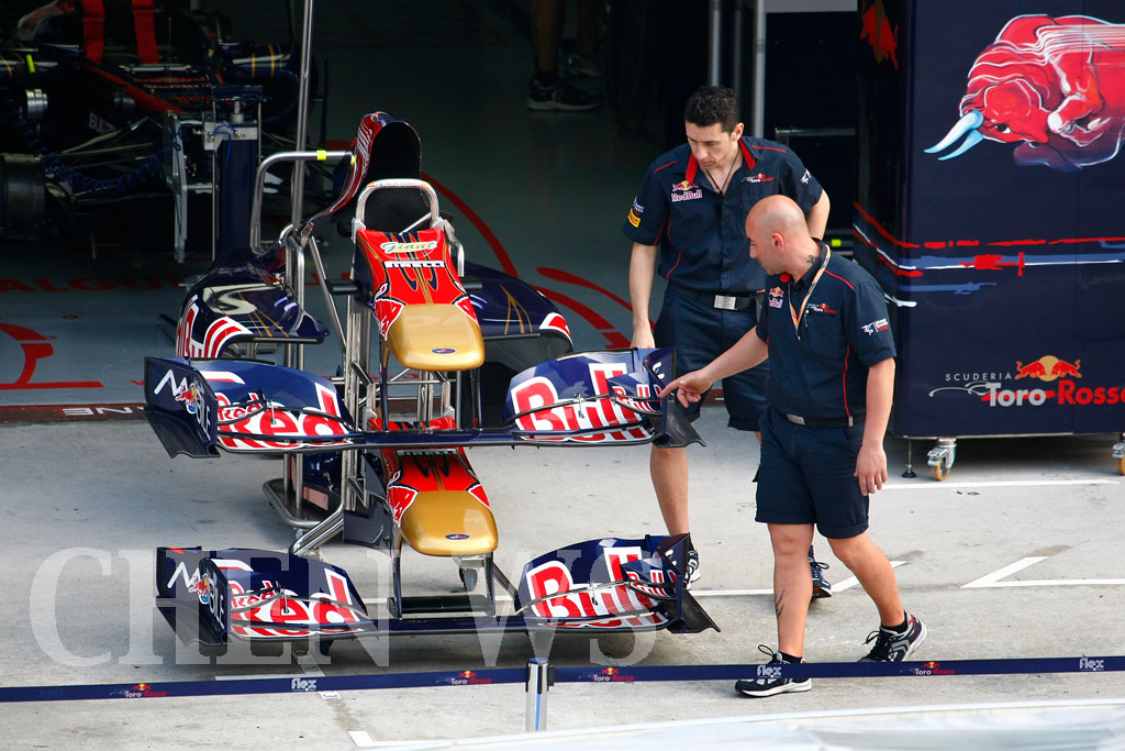 Torro Rosso mechanics at work