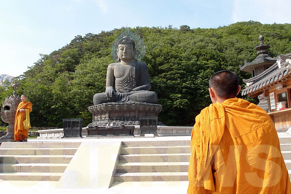 Siamese monks visit Shinheungsa Temple